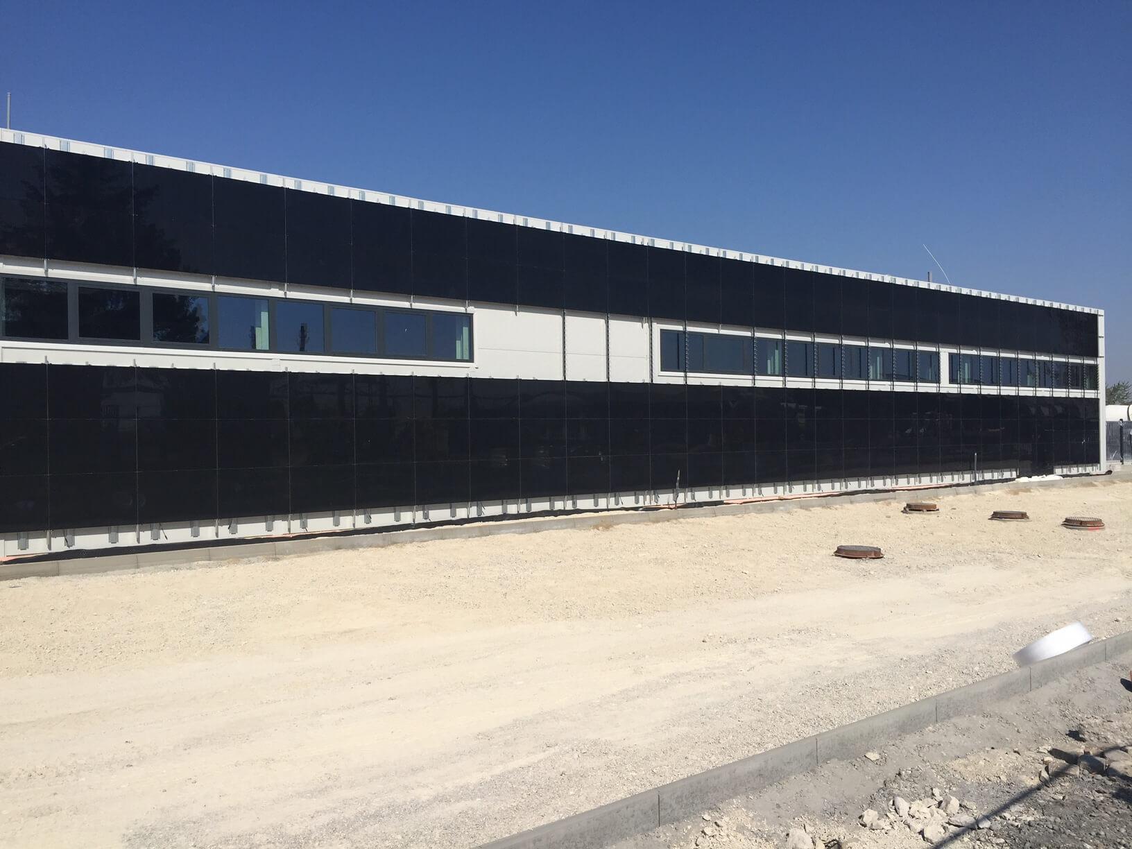 Odvetraná fotovoltaická fasáda